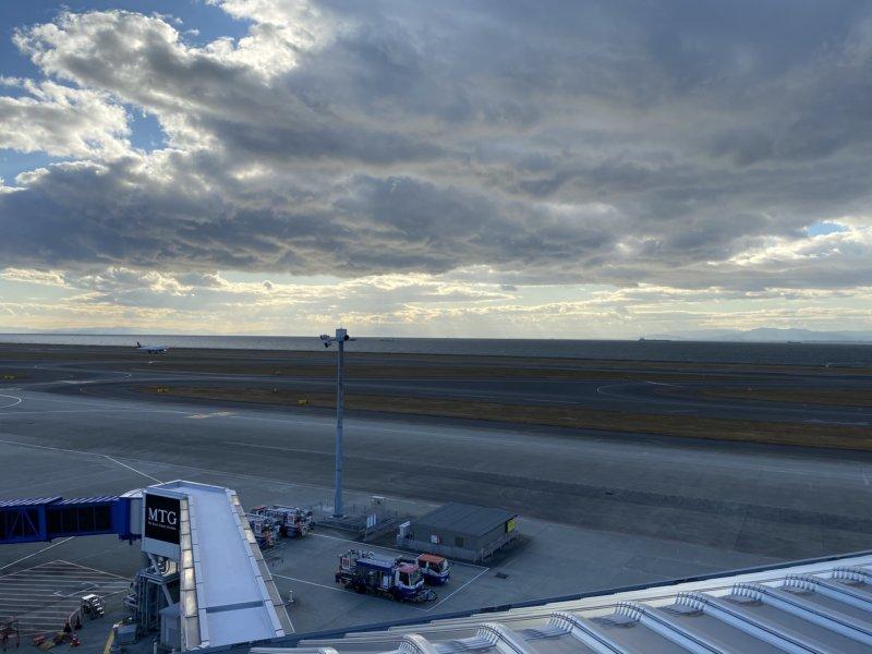 スカイデッキから離陸する飛行機を眺めて…