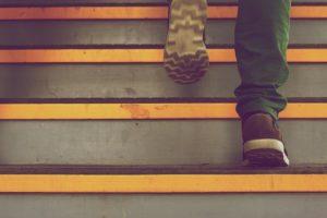 イメージ画像:階段を上がる