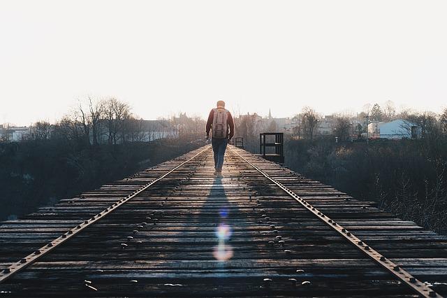 画像:線路を歩く人