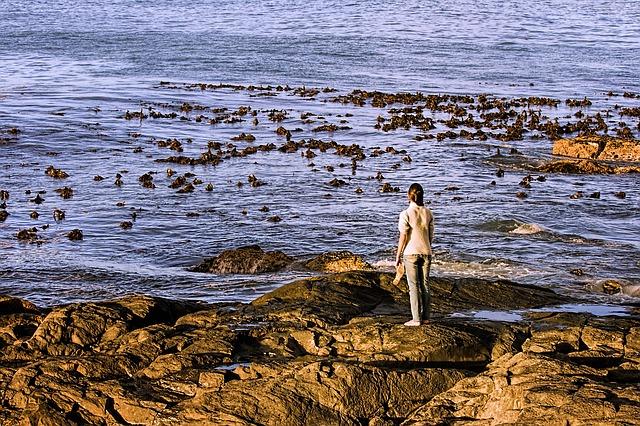 画像:海辺で立つ女性