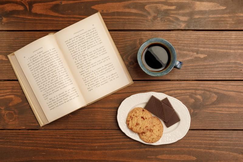 画像:本と珈琲、クッキー