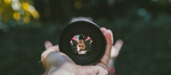 画像:レンズの中に逆さの自分