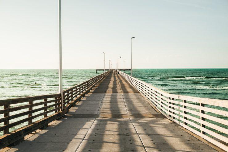 画像:海と道の風景