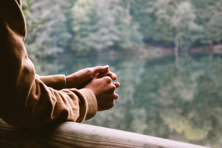 画像:川辺で手を組む