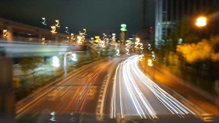 夜の神戸をα6000で撮影。車の光はうまく取れましたが、ブレた。笑