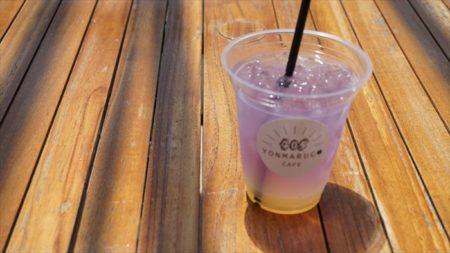 エンジェルロード隣のカフェでジュースを飲む。色がきれい