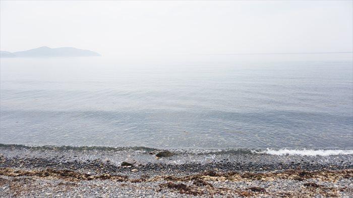 映画村裏手の海。波は穏やかでずっといられそうでした。