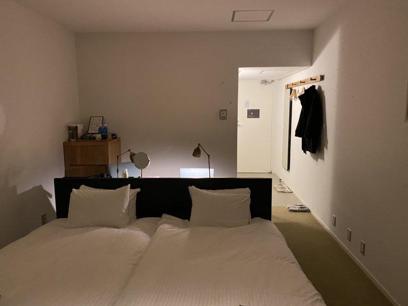 白が基調のシンプルでモダンなお部屋