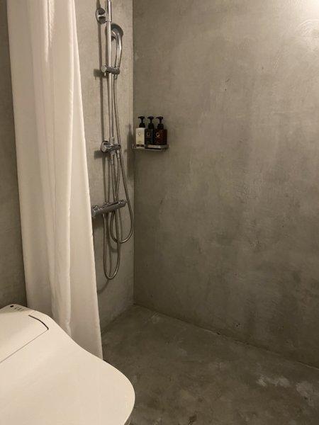 バス・トイレもコンクリート打ちっぱなしの現代的な造り