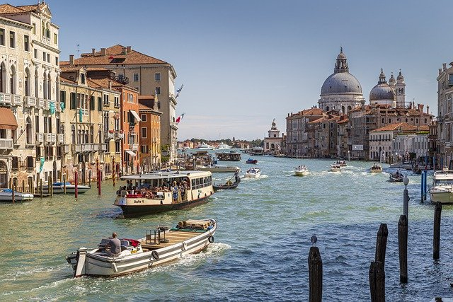 海の都の物語 ヴェネツィア共和国の一千年/塩野七生 著 ヴェネツィア共和国の歴史について 西暦800年代の共和国の誕生から、 西暦1800年頃にナボレオンに滅ぼされるまでの 約1000年を描いた本。