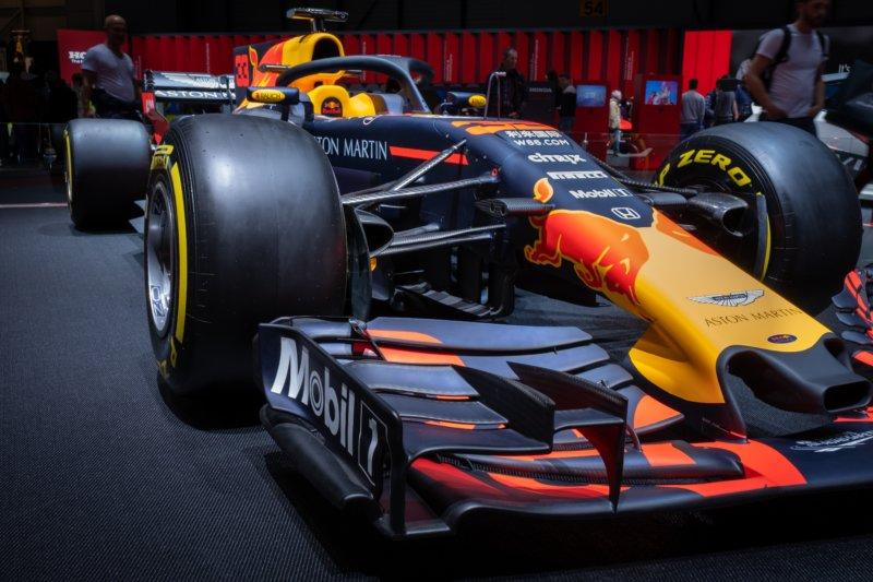 F1で使用されるレース専用車は1台数億円とか。
