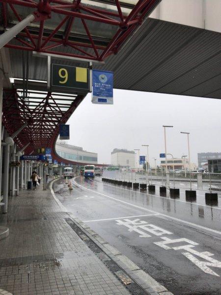 北海道新千歳空港に到着。初日はあいにくの雨…