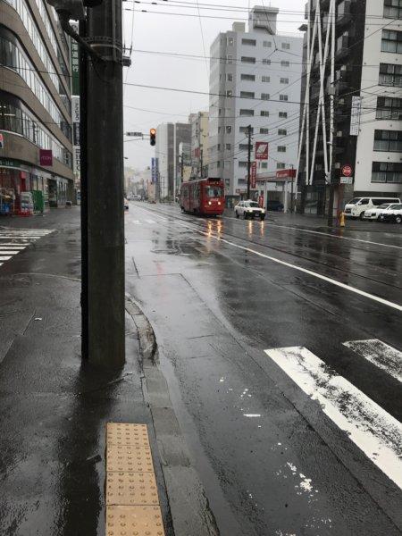 雨の札幌市の路面電車。